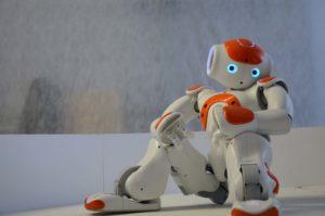 Ein Roboter steht für verschiedene Aufgaben bereit und schafft damit neue Freiräume für Menschen!